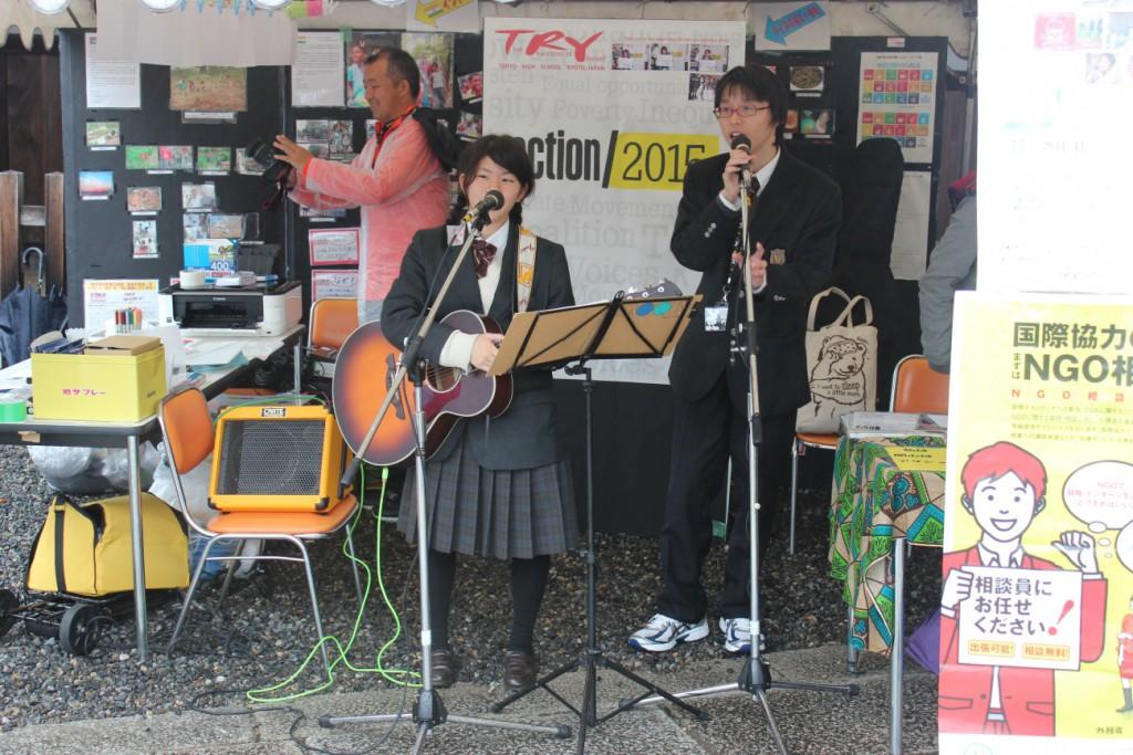 ▲ライブパフォーマンスをする高校生。High school students performing live