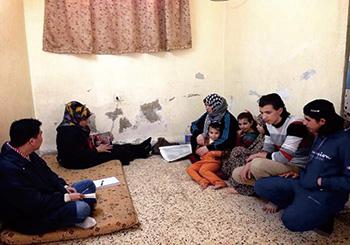 ▲シリア難民の家に家庭訪問して話を聞く。